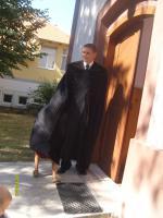 Barta Zsolt lelkész a rédei református templom ajtajában